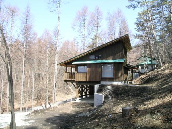 軽井沢町三井の杜 斜面に建つ家